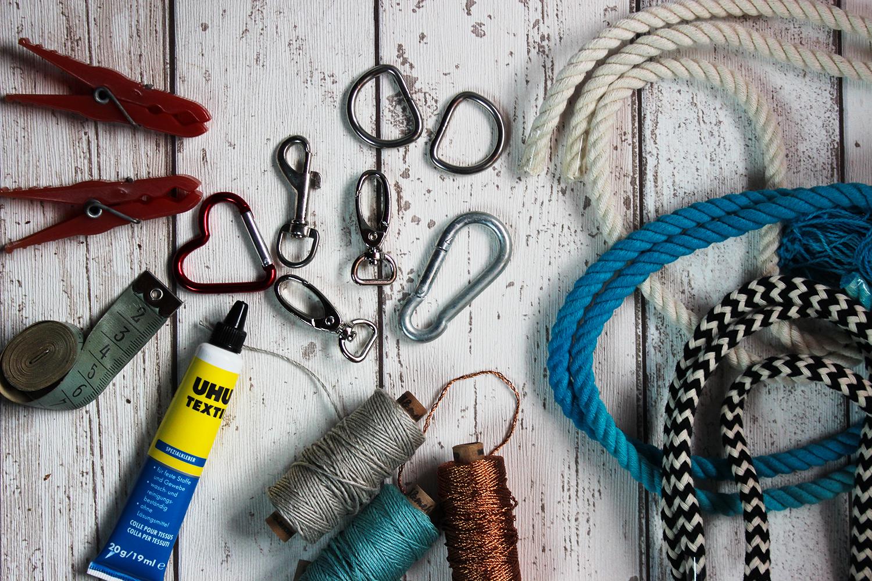 Wäscheklammern, Maßband, Textilkleber, Karabiner, Ringe, Garn, Tau