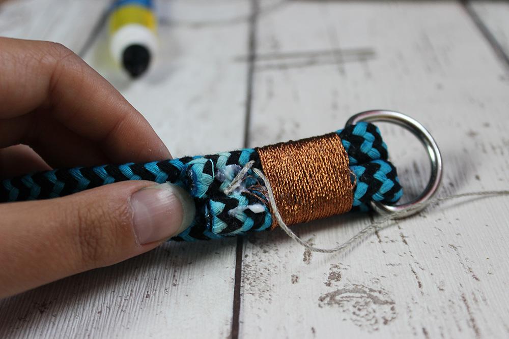 Garn mit Textilkleber am Tau festkleben